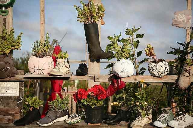 花壇やプランターの代わりになるサッカーボールと長靴と運動靴