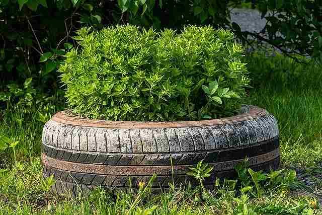 花壇やプランターの代わりになる廃タイヤ