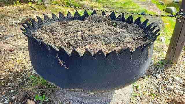 廃タイヤを再利用(リサイクル)して作った花壇
